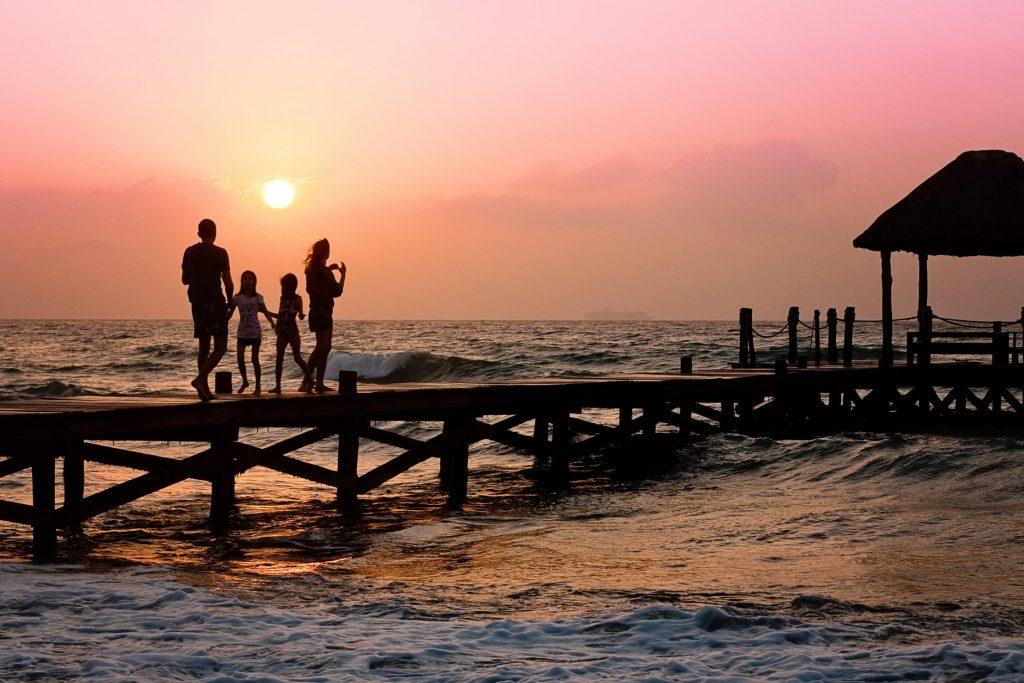 Famille nombreuse en vacances à la mer