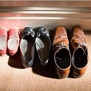 3 paires de chaussures une paire de chaussure homme une paire de ballerines femme et une paire de chaussures fillette