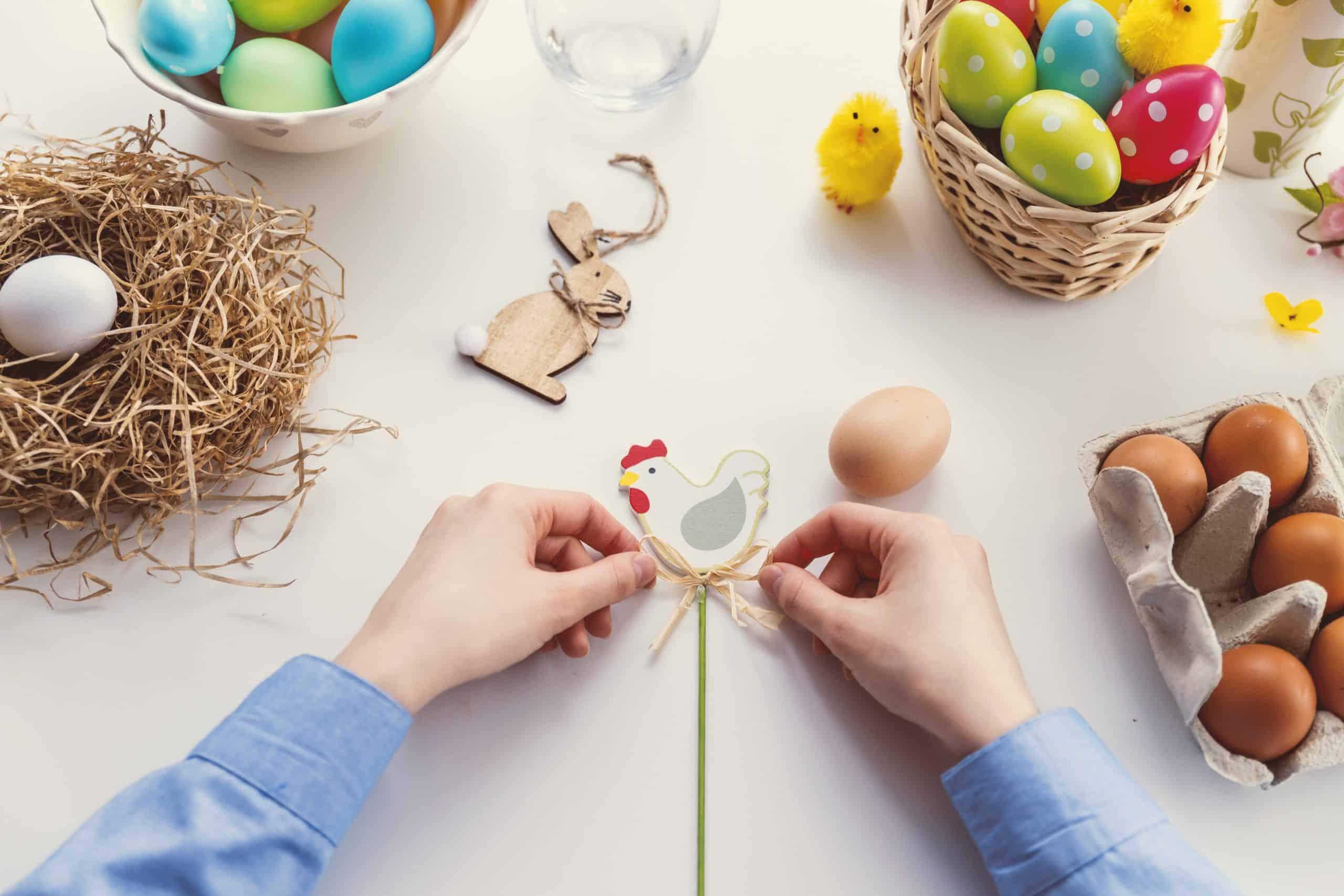 Préparation des cadeaux de Pâques avec des chocolats et des poules
