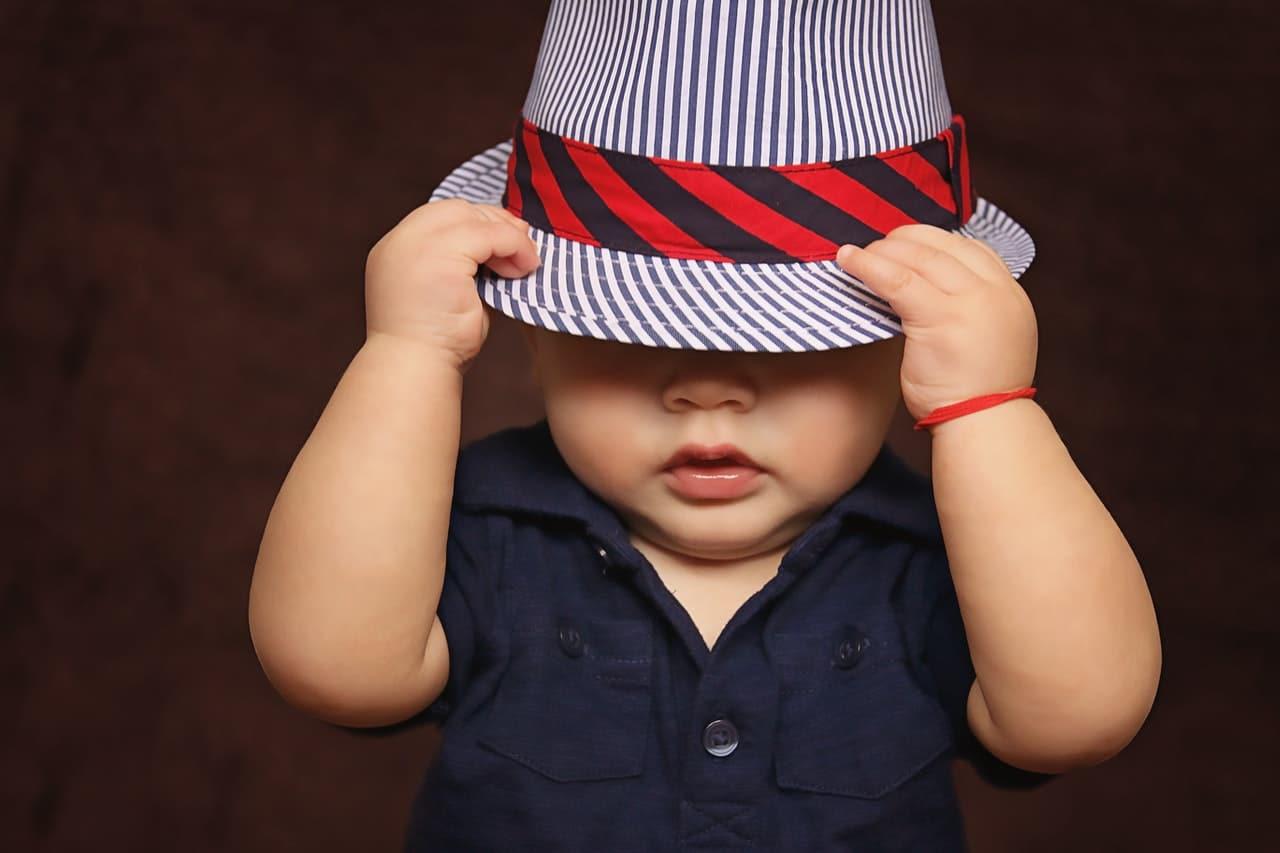 bébé garçon avec chapeau